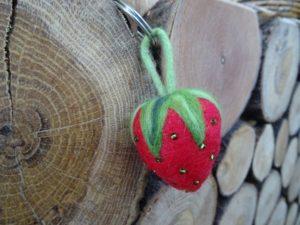 Erdbeer-Schlüsselanhänger als Maskottchen