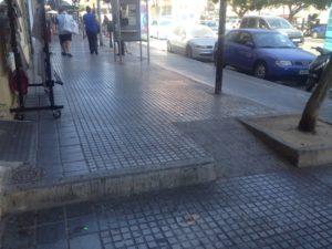 Rampe und Stufe auf einem Bürgersteig in Málaga