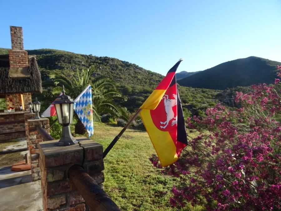 Flaggen der Nationalität der Gäste im Straußennest