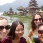 Katja, Anggi, Agus und ich im Wassertempel