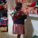 Frau kauft Fleisch auf Markt, Sucre