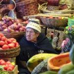 Alte Bolivianerin verkauft Obst und Gemüse