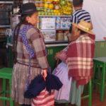 Zwei Marktfrauen unterhalten sich, Sucre