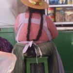 Bolivianerin mit ihren langen Zöpfen