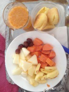 Pao de queijo und Obst zum Frühstück