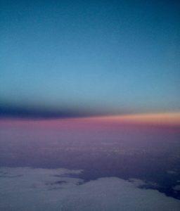 Ein Tag geht über den Wolken zu Ende